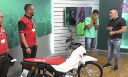 Vídeo: Entregador alvo de deboche de miss recebe moto de presente