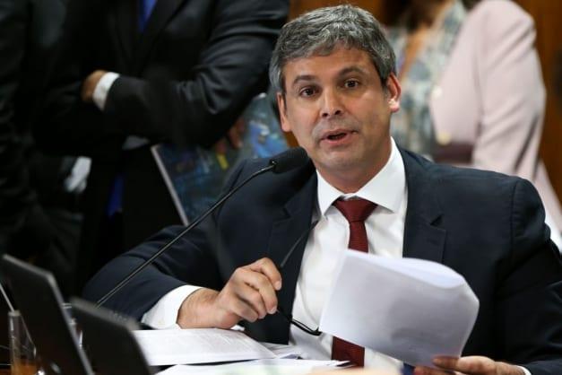 """Ex-senador do PT é hostilizado por passageiros durante voo: """"Pega o Avião do Luciano Huck, rapaz"""""""