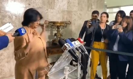 Damares convoca coletiva de imprensa, não responde pergunta dos jornalista, ato gera repercussão, e ela explica
