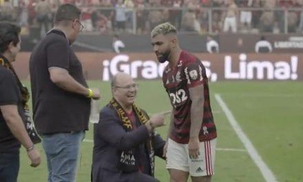 Vergonha monumental: Wilson Witzel se ajoelha diante de Gabigol e é ignorado