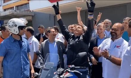 Vídeo: Bolsonaro passeia de moto em Brasília