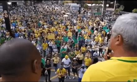 Multidão ocupa a Avenida Paulista em favor do impeachment de Gilmar Mendes