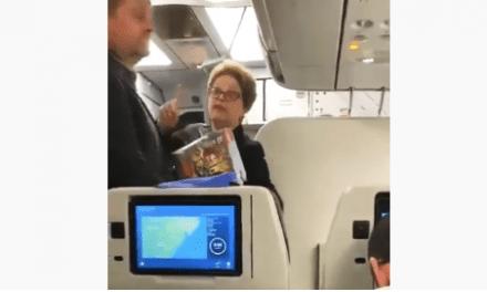 """Vídeo: Em voo, Dilma é hostilizada por cidadãos, que puxam coro: """"Pode esperar, a sua hora vai chegar"""""""