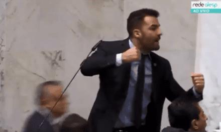 Vídeo: Mamãe Falei chama servidores de vagabundos, deputados partem para agressão, e sessão é suspensa