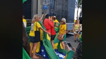 Vídeo: Militantes de esquerda invadem ato de patriotas, pisam na bandeira do Brasil e se beijam