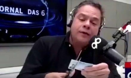Durante programa ao vivo, Jornalista defende postura de Bolsonaro com a imprensa e rasga carteira daFENAJ