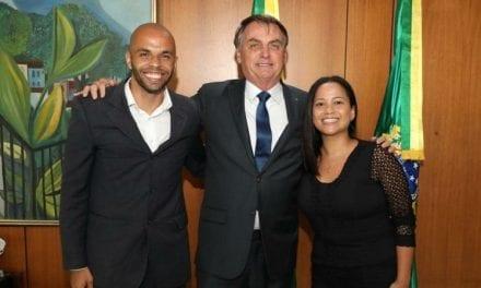 Cidadão manda mensagem na rede social do presidente, e Bolsonaro atende pedido e recebe o casal