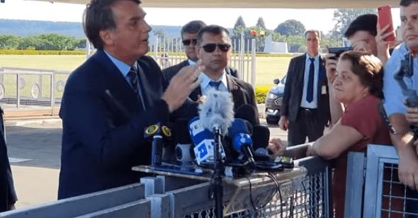 """Vídeo: Em entrevista coletiva, Bolsonaro detona Folha de SP: """"Não tem credibilidade. Lamentavelmente uma péssima imprensa"""""""