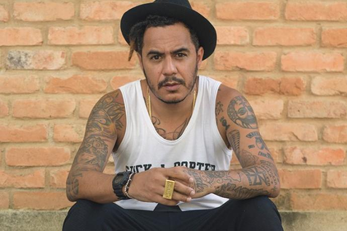 Cantor de rap é denunciado à polícia por tweet incitando facadas em pessoas da Direita