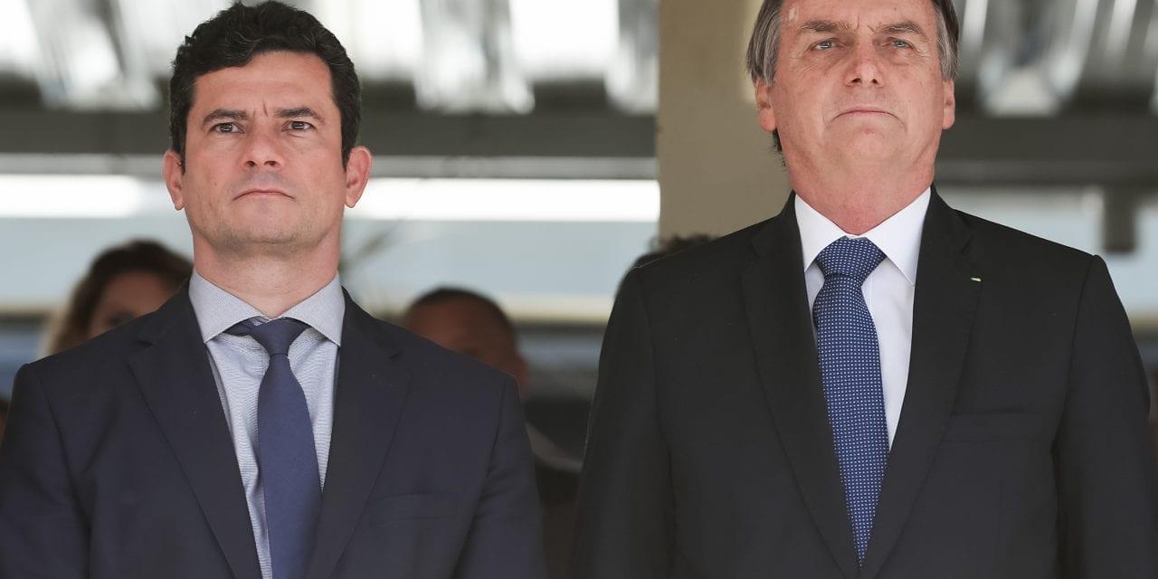 """Bolsonaro se irrita com pergunta de repórter e desmente que demitiria Moro: """"O livro é fake news, mentiroso e não vou responder sobre o livro"""""""