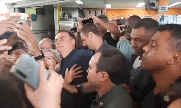 """Popularidade em alta: Bolsonaro é ovacionado aos gritos de """"mito"""" em Praia Grande – SP"""
