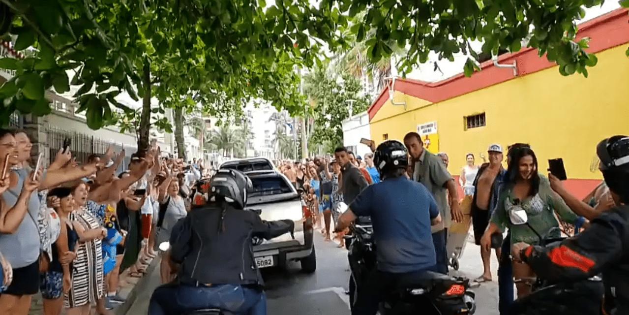 Bolsonaro anda de moto pelas ruas do Guarujá e atrai multidão