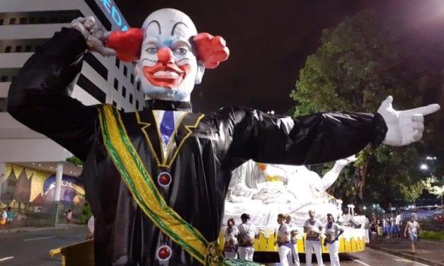 Escola de samba vaiada por colocar Bolsonaro como 'palhaço' é quase rebaixada