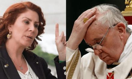 """Carla Zambelli grava vídeo para o Papa questionando: """"Como um dos maiores ladrões do mundo pode entrar no Reino do Vaticano?"""""""