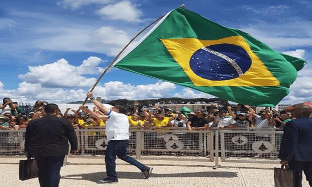 Bolsonaro se encontra com manifestantes em Brasília/DF