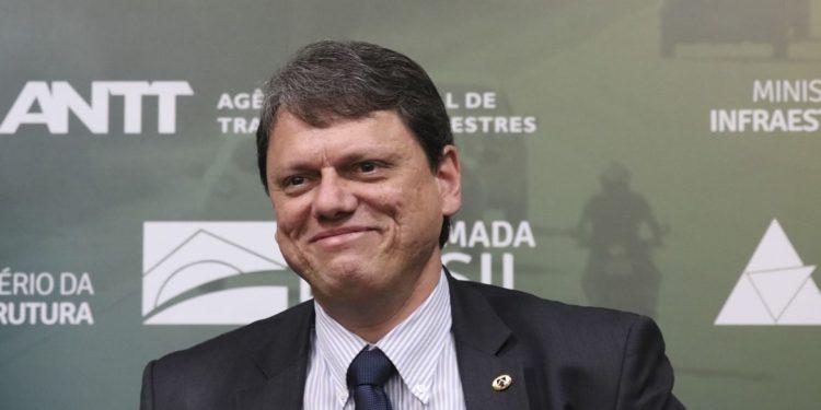 Ministro de Bolsonaro, Tarcísio é ovacionado por multidão ao anunciar projetos: 'O gigante acordou!'